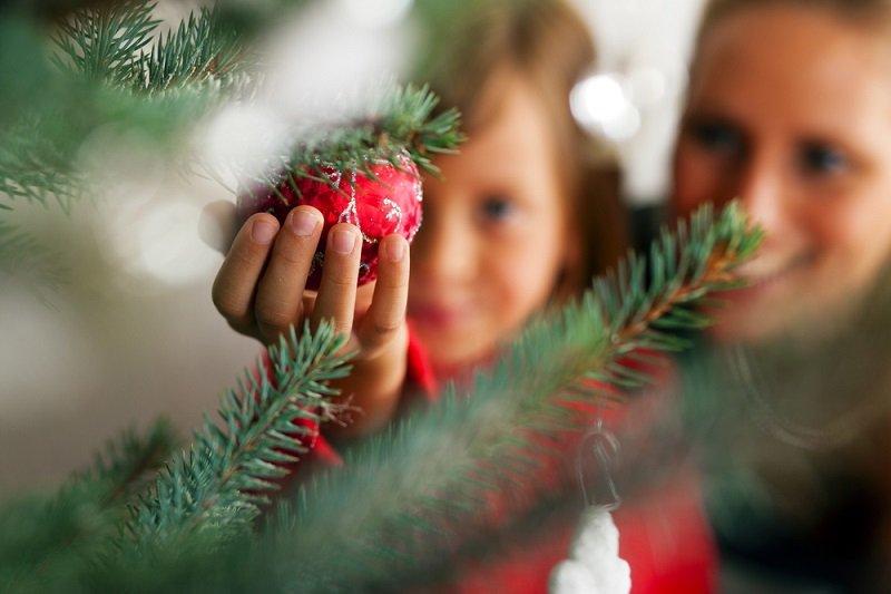 С каким настроением необходимо наряжать новогоднюю елку