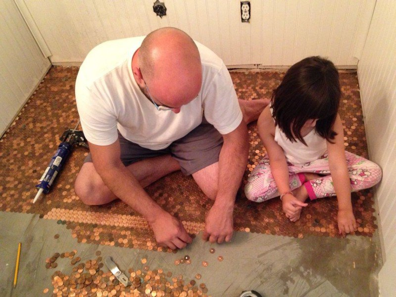 отец и дочь на полу из монет