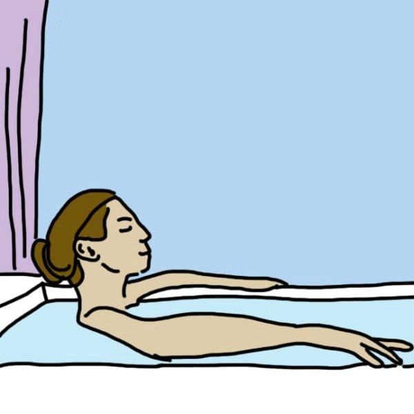 женщина принимает ванную