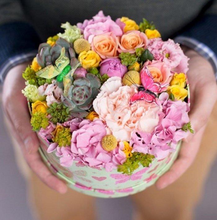 Оформление цветов в коробке своими руками