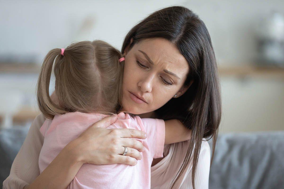 Как жить женщине, если муж бросил после появления третьего ребенка в семье