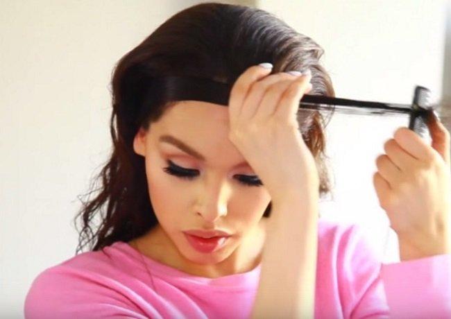девушка укладывает волосы