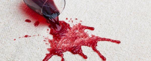 красное вино на ткани