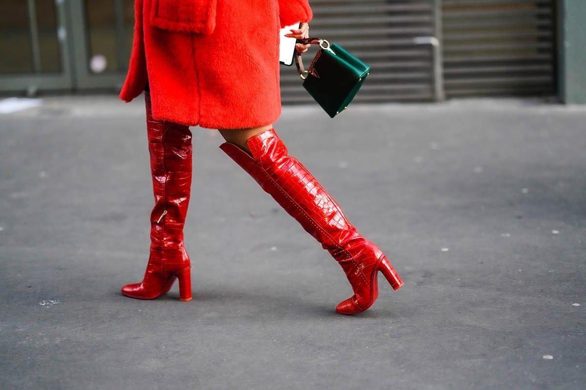красные ботинки и зеленая сумка