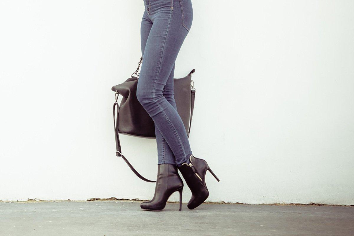 черная сумка и ботинки