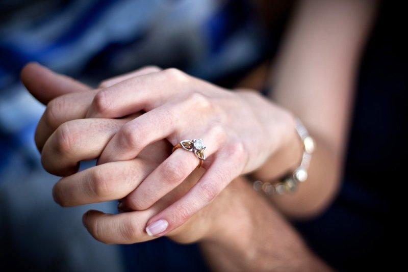кольца с белыми камнями
