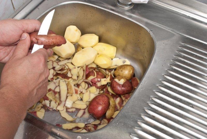 картофельные очистки в огороде
