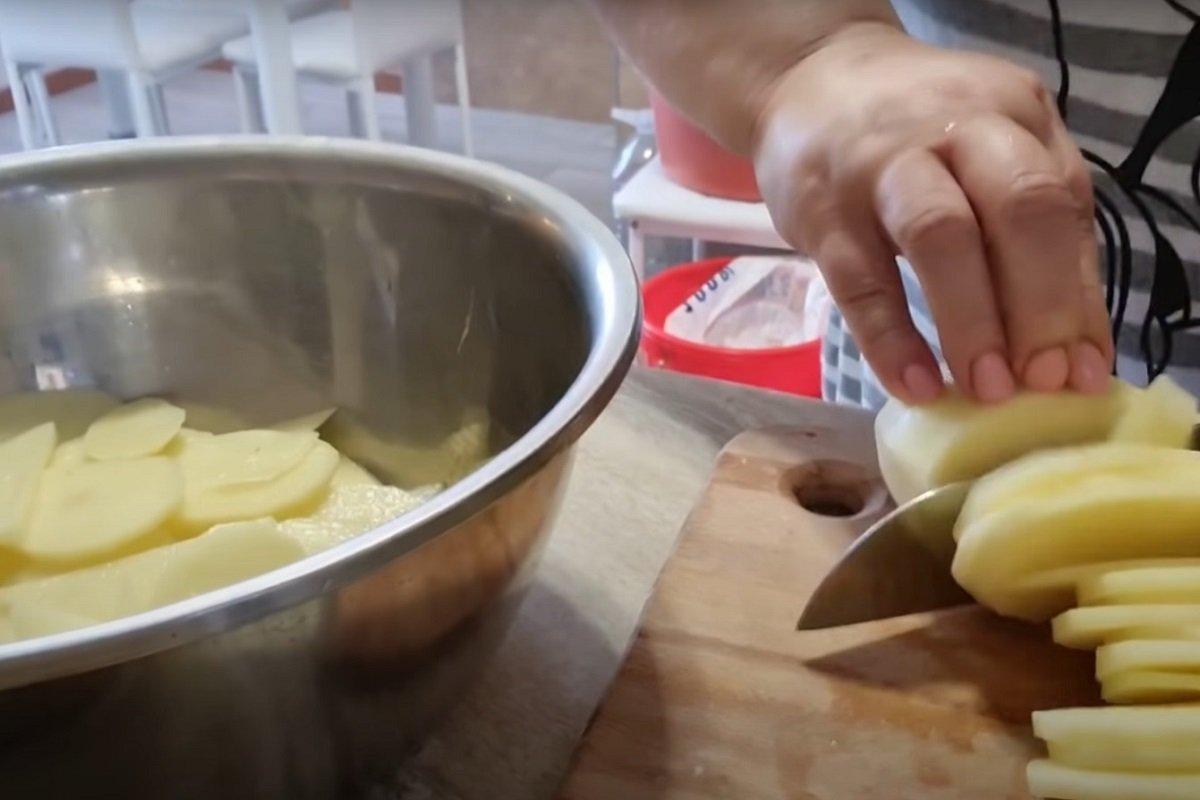 картошка с яйцами на сковороде