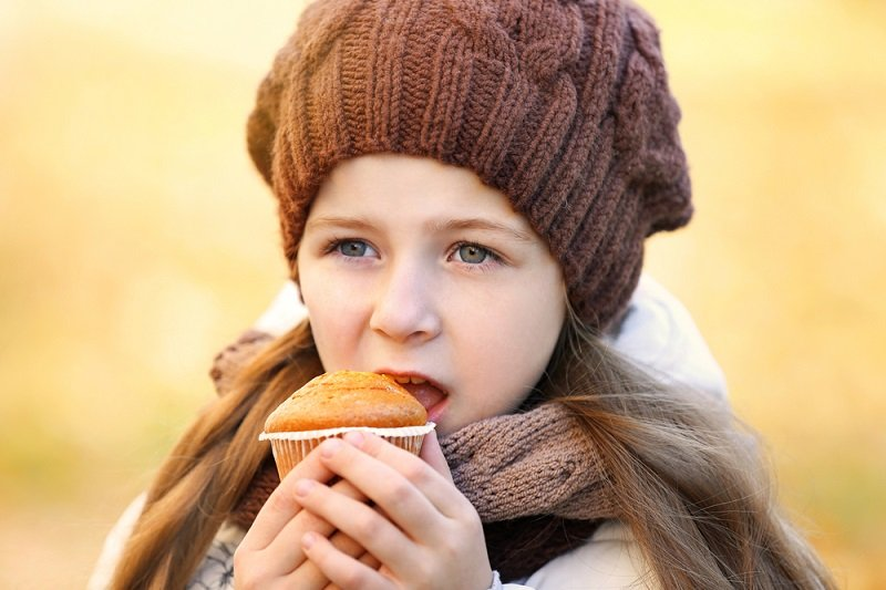 девочка ест кекс