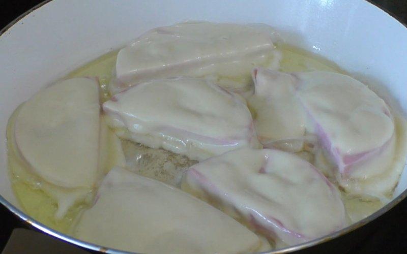 Зачем обжаривать колбасу перед тем как съесть ее Кулинария,Завтраки,Закуски,Колбаса,Лайфхаки,Перекусы