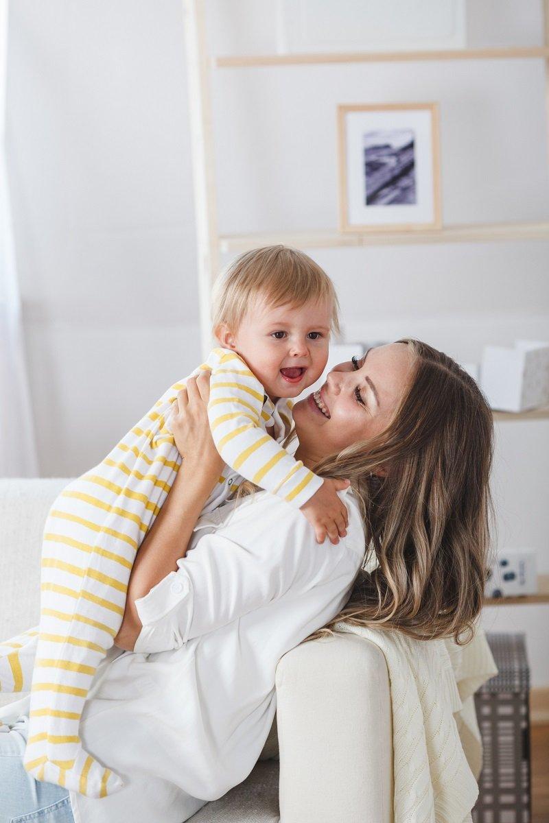 красивая мама с ребенком