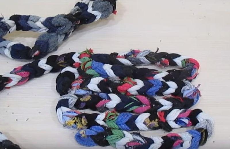 коврик из носков на пальцах