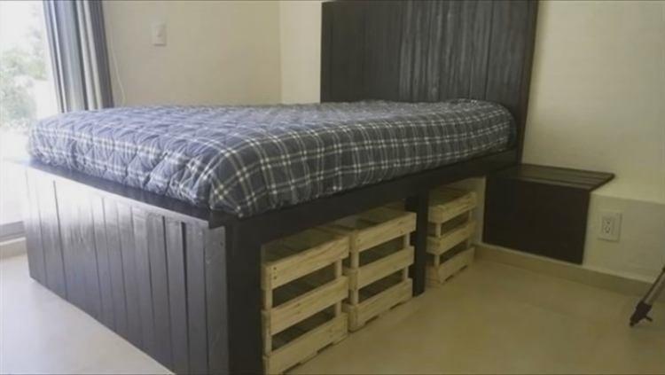 кровать из деревянных паллет