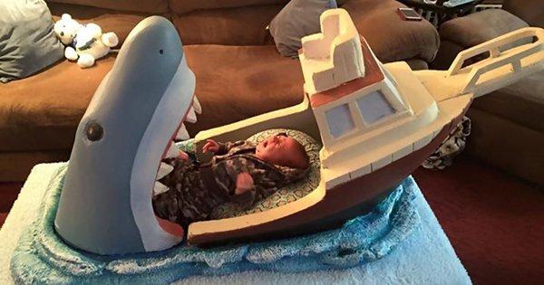Дядя, вдохновленный фильмом «Челюсти», сделал для своего двухмесячного племянника кроватку.