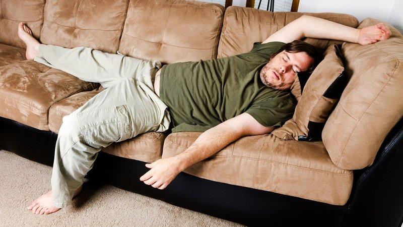 мужчина спит на диване