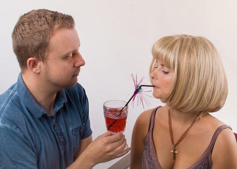 муж кормит жену