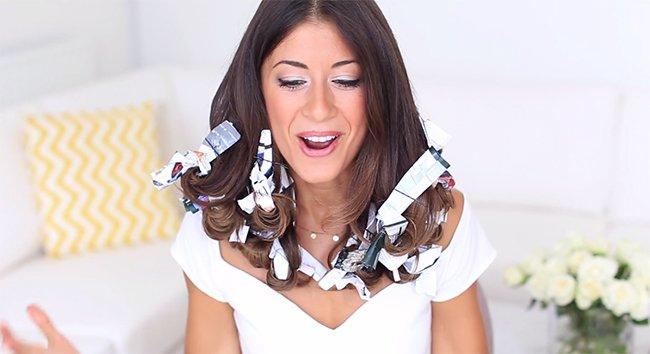 намотанная на волосы бумага