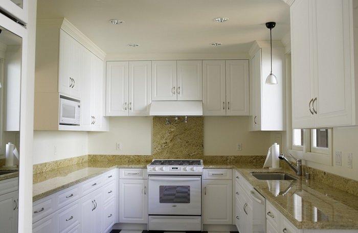 холодильник и кухонный гарнитур