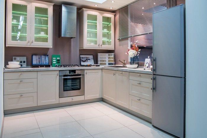 окно и кухонный гарнитур
