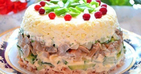Этот куриный салат с грибами станет твоим фаворитом на праздничном столе. Вкуснейшая закуска!