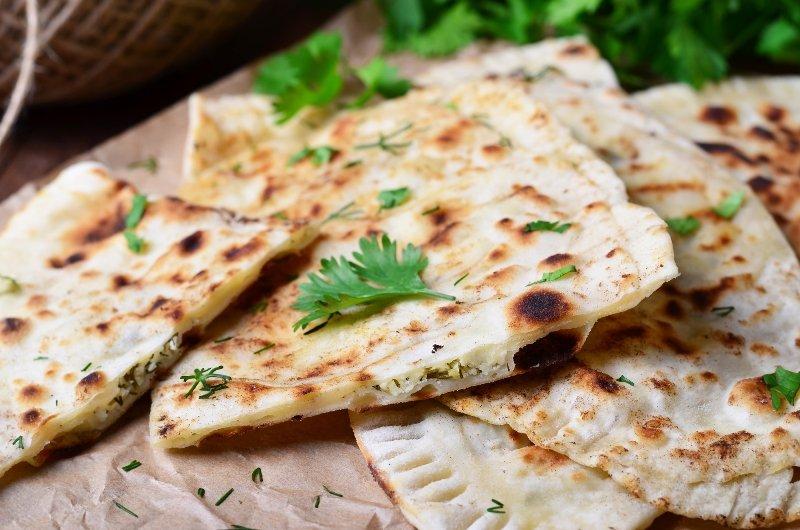 Вкусные лепешки с сыром и зеленью: похожи на наши чебуреки, только намного лучше!