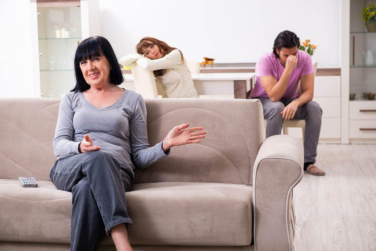 Возмущение работающего мужа, за которым не моют тарелки женщины в доме