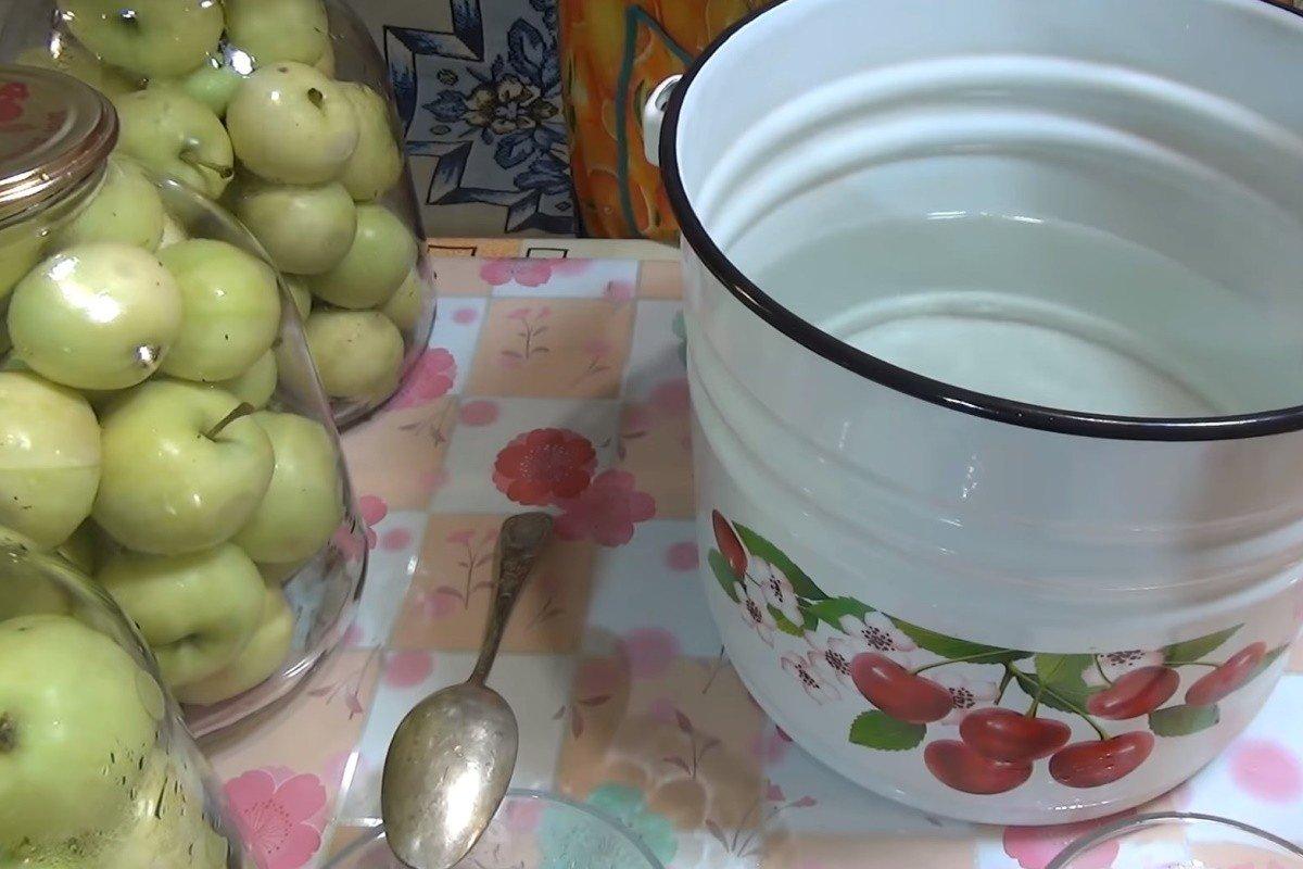 квашеные яблоки в банке