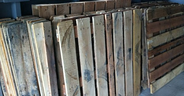 Эта семья месяцами собирала обычные деревянные ящики… То, что они из этого смастерили — изумительно!