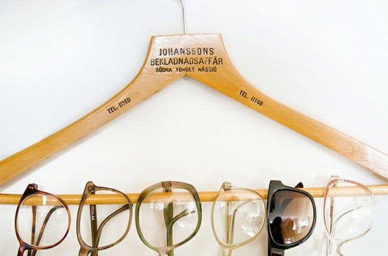 вешалка и очки