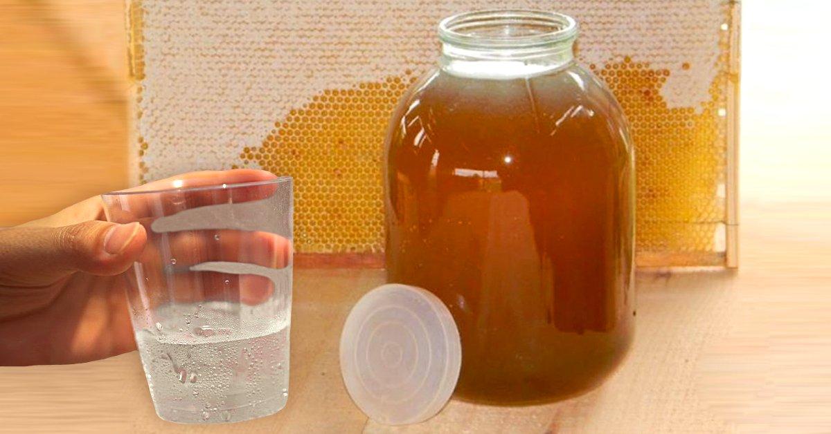 Яблочный уксус с мёдом подают келари к утренней трапезе в монастыре Махерас, фигуристые женщины знают почему
