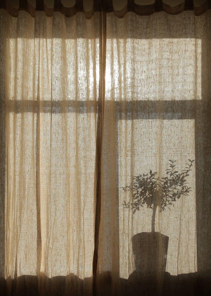 «Вот она — доступная роскошь, которая никогда не выйдет из моды!» 11 идей оформления окна льняными шторами.