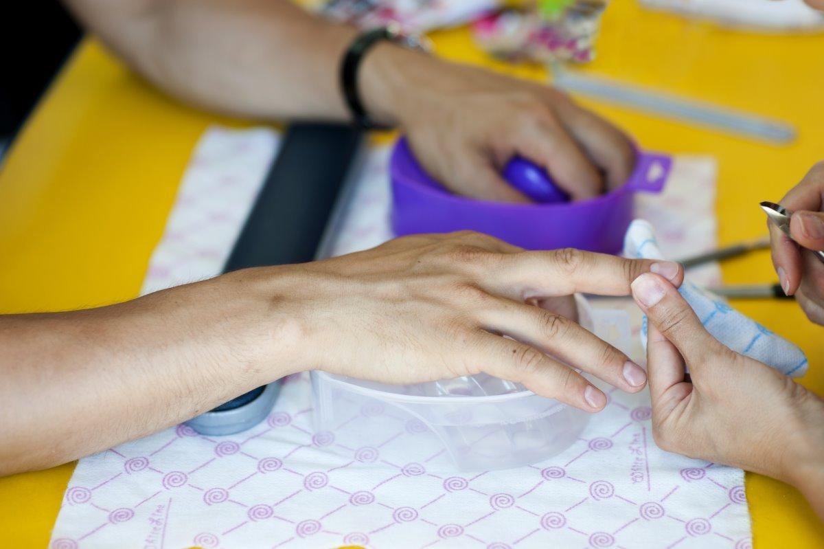 Слизала идею для маникюра, рассматривая ногти мужчины в годах