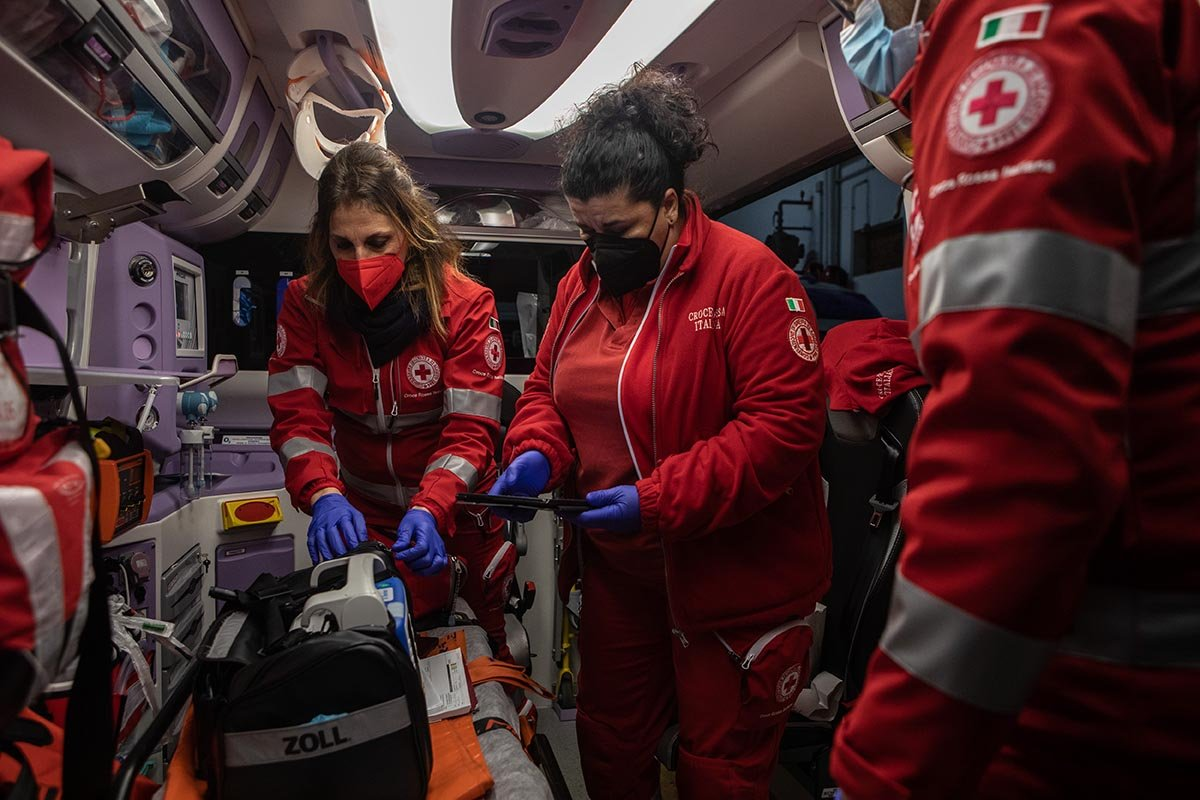 Фельдшер скорой помощи тащил человека 2 км сквозь снег, где такое видано