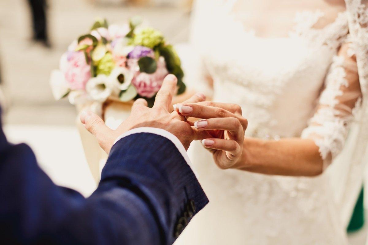 Из-за чего женщины меняют девичью фамилию, вступая в брак