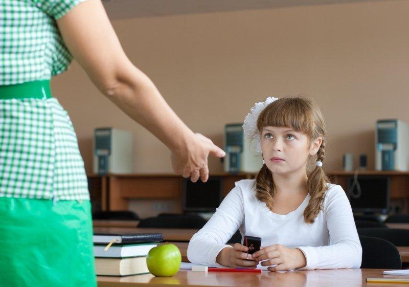 нужен ли мобильный телефон в школе