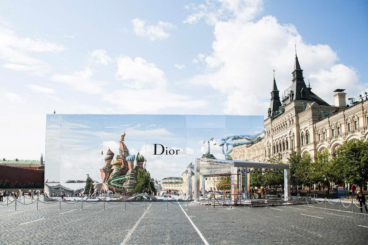 Реакция жителей СССР на красивую обертку западных моделей Christian Dior
