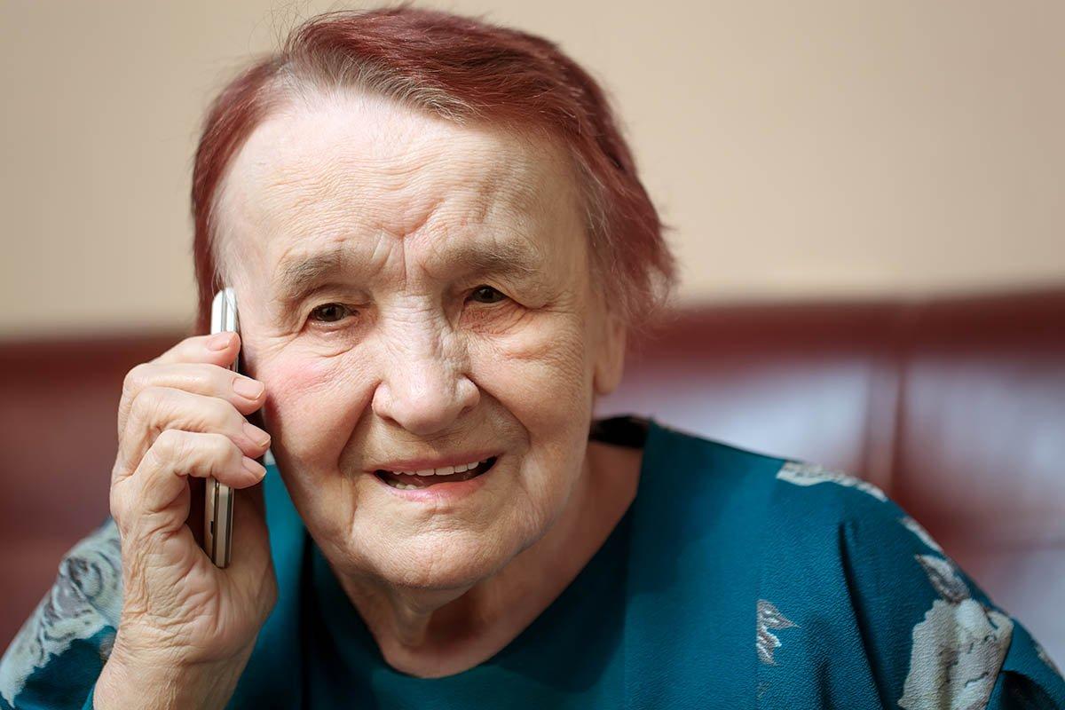 Заботливый внук купил бабушке телефон, которым можно расчищать сугробы
