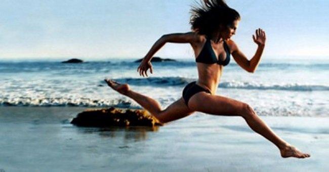 dívka běží