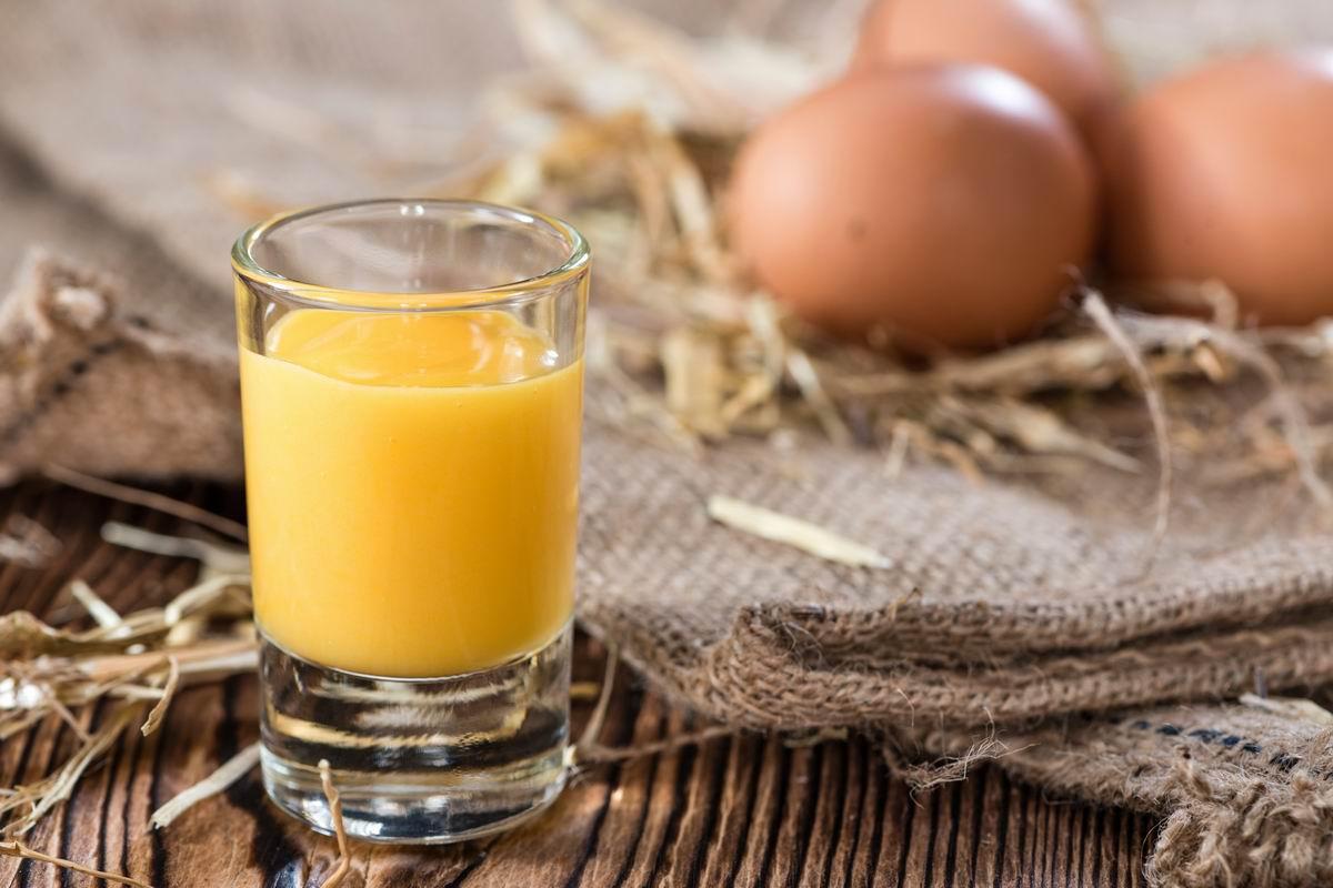 Можно ли пить сырые яйца и каких правил стоит придерживаться