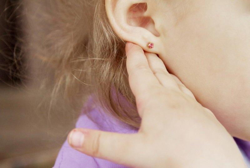 сережки в ушах