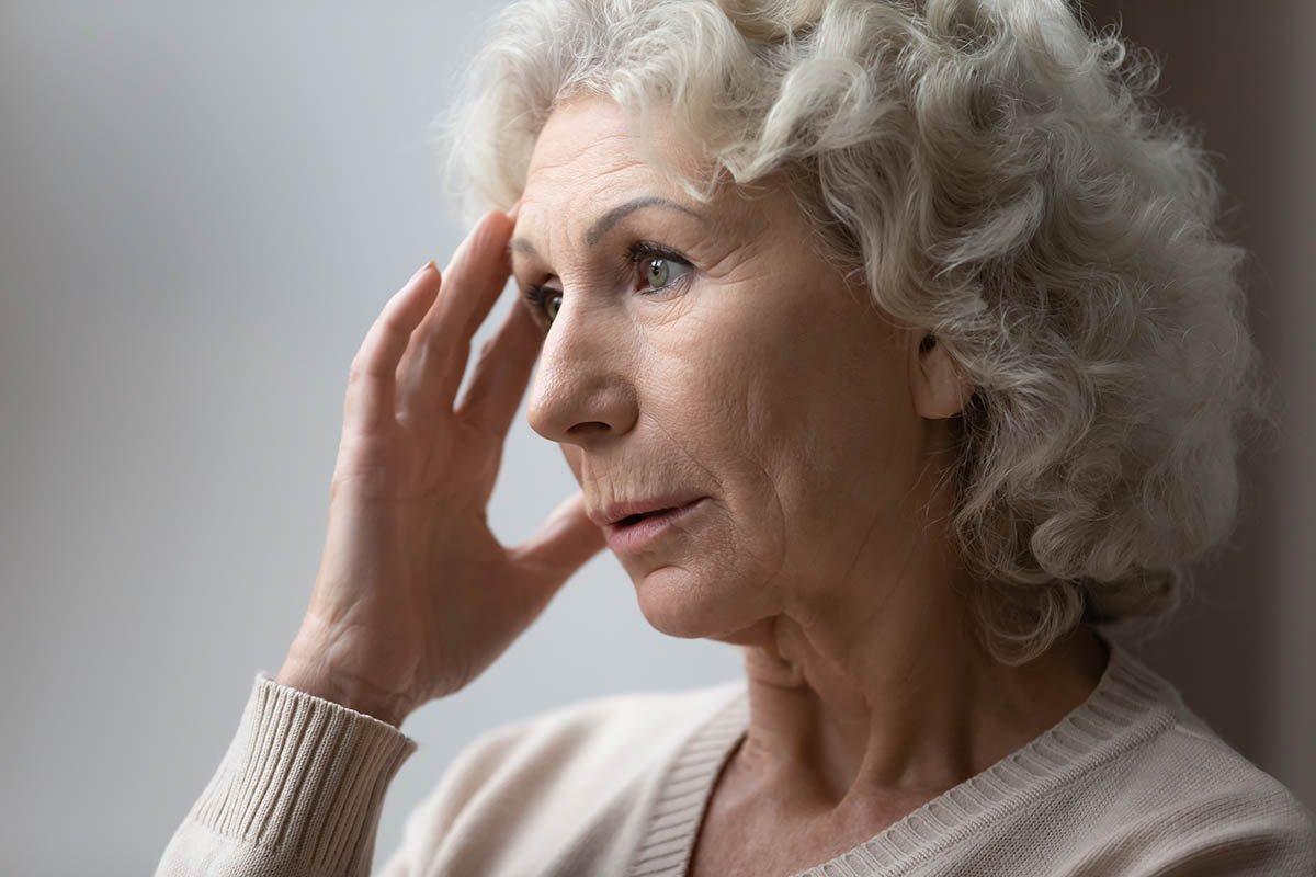 грустная зрелая женщина