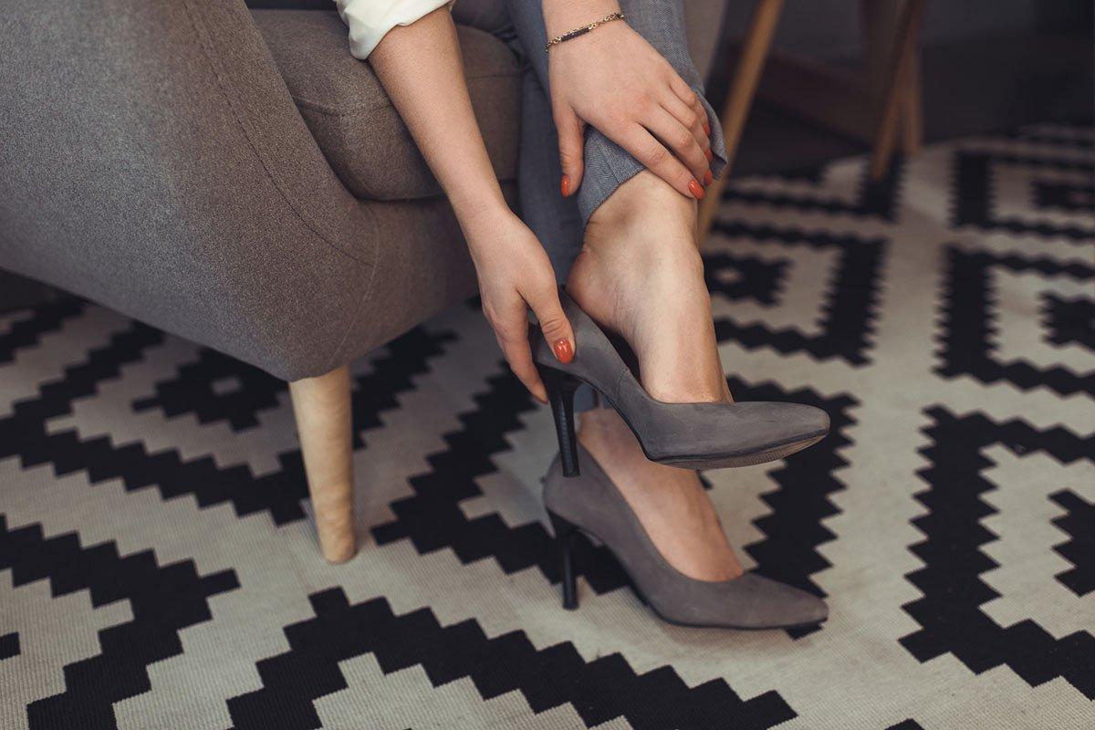 Бабушка советовала натирать задник обуви восковой свечой, но я знаю современный способ избежать мозолей