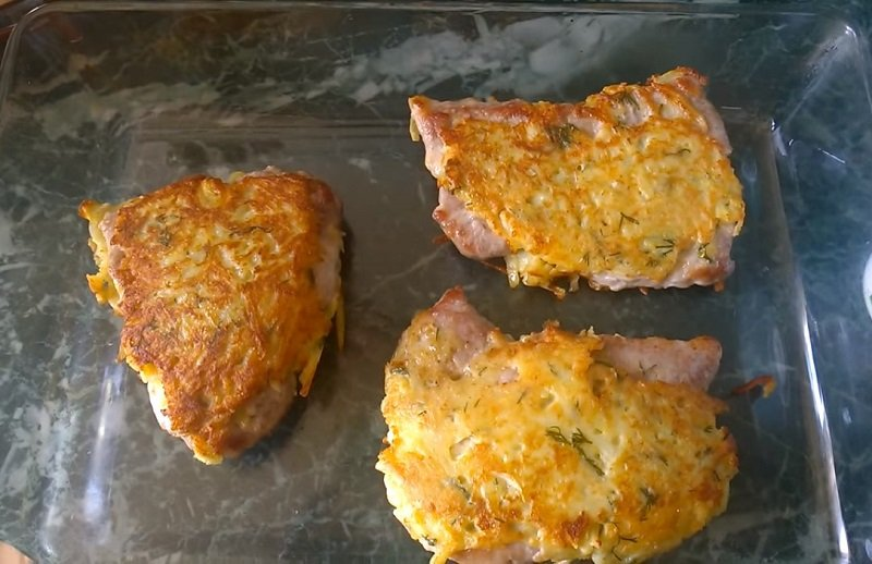 мясо запеченное с картошкой на противне