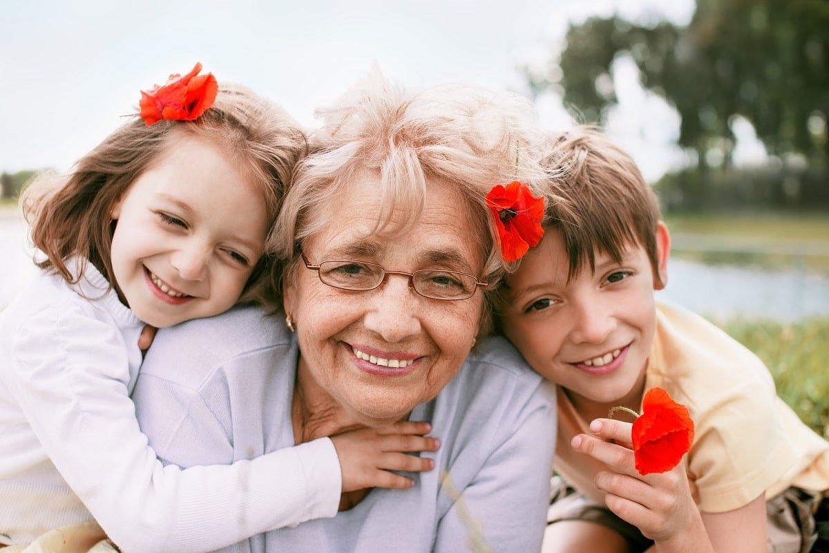 Бабушка снится, если забываем плохие приметы и оставляем на столе лишние вещи