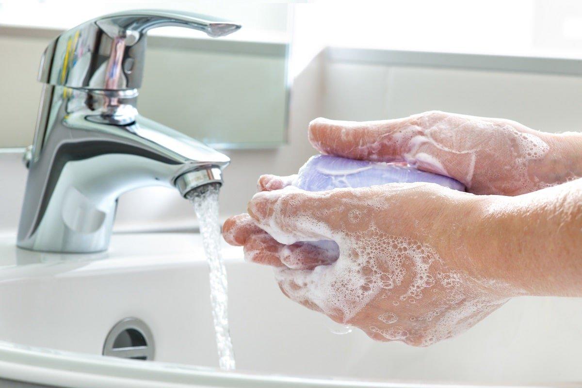 Почему важно не трогать лицо руками и как себя отучить прикасаться к лицу