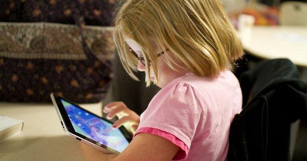 ребенок играет на планшете