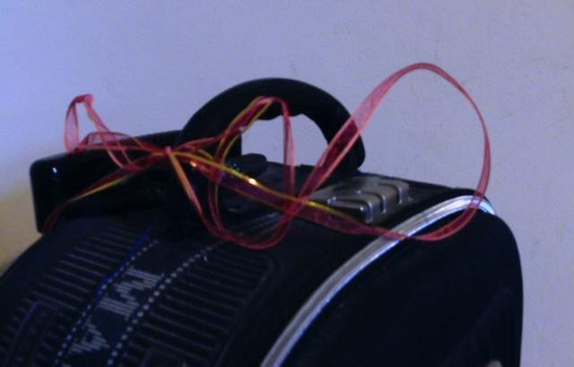 лента на чемодане