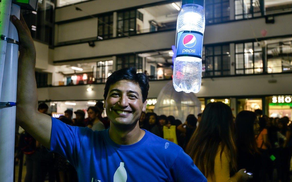 Изобретателя осенило, как освещать пластиковыми бутылками сёла без электричества