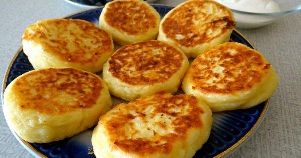 Весенний завтрак: несладкие сырники с зеленью и соусом из черемши.