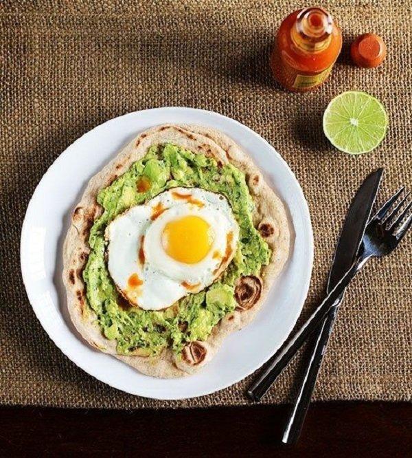 пицца с авокадо и яйцом